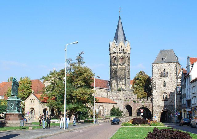 640px-Eisenach_-_Lutherdenkmal,_Nikolaikirche_und_Nikolaitor