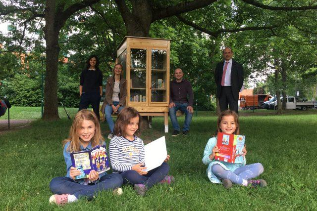 Auf dem Spielplatz wachsen Bücher